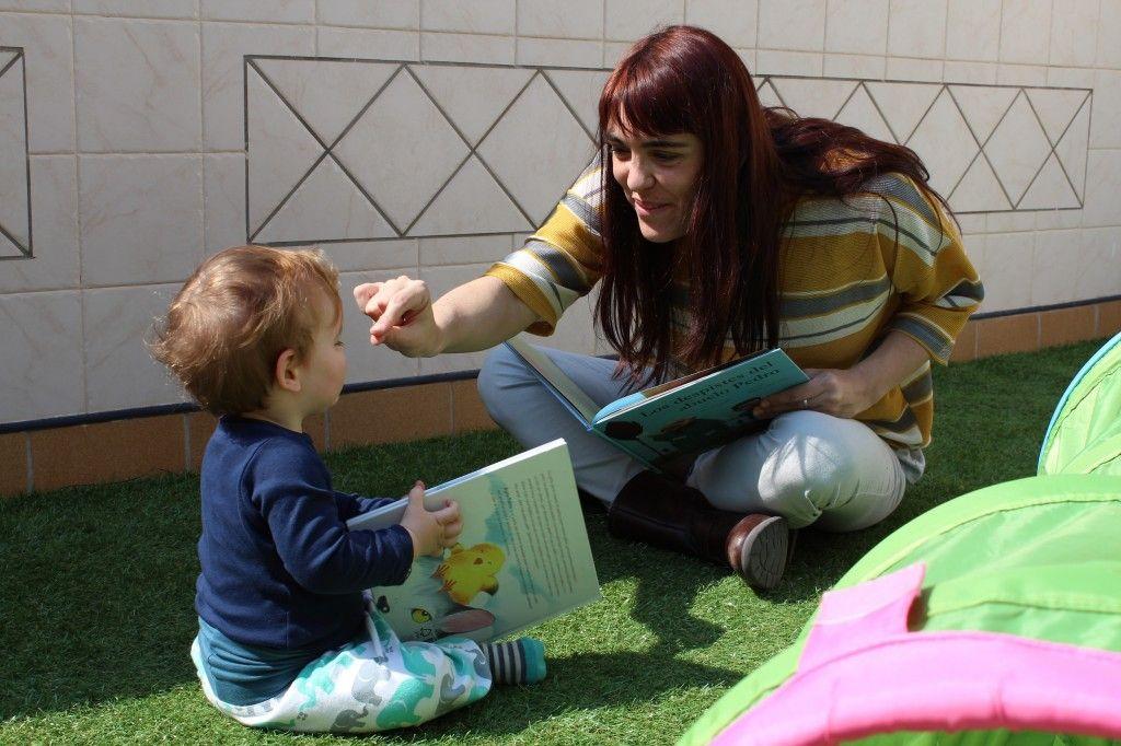 Marta Zafrilla lee a su hijo pequeño Jorge