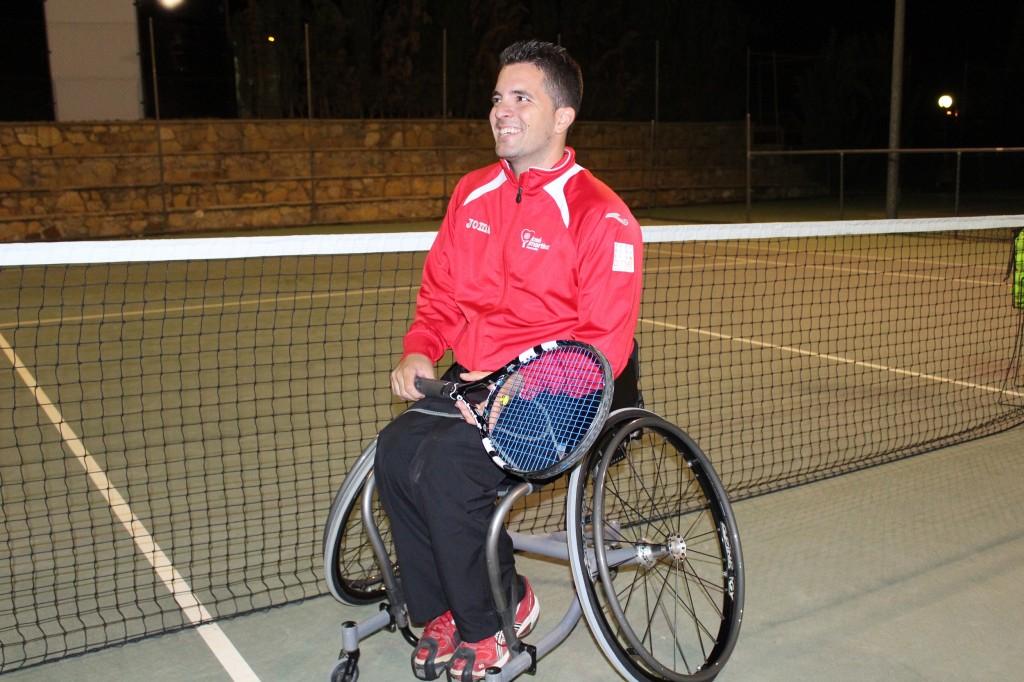 Kike Síscar en la pista de tenis del centro deportivo donde entrena