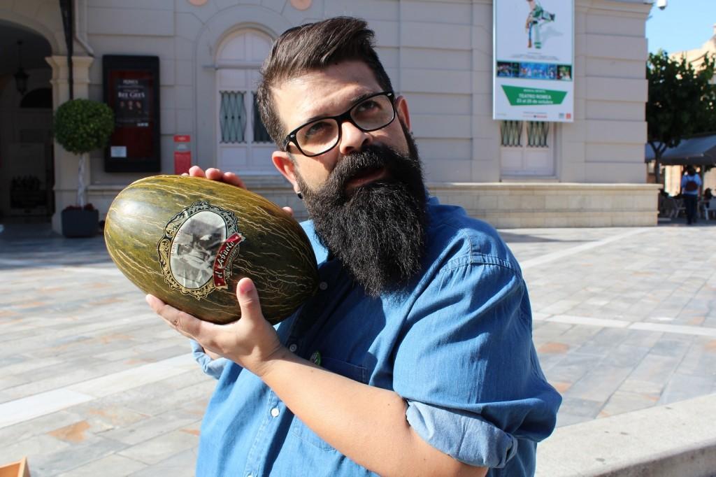 El cómico Kalderas dando palmaditas al melón