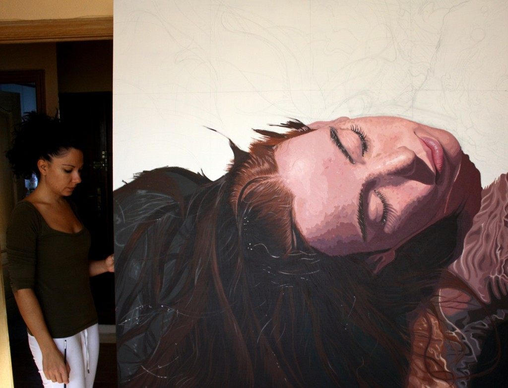 La artista Rosana Sitcha con una de sus obras